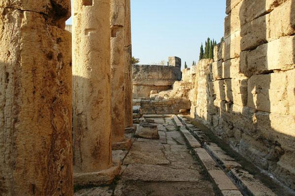 Säulenreihen in den Latrinen neben dem römischen Stadttor