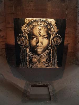 YZ, geb. 1975: Empress Akinyi, Tusche, Seidenpapier, Metall, Kabel und Gummi auf Holz, 2017 (UrbanArt Biennale 2017)