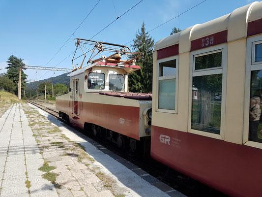 Nach dem Umkoppeln der Lokomotive ist der Zug startbereit in Richtung Borjomi.