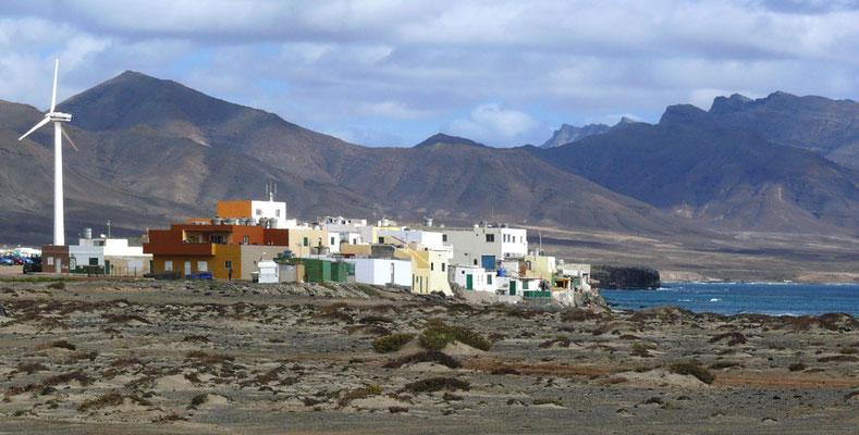 Blick von Puertito de la Cruz am westlichsten Ende Fuerteventuras, dahinter die Bergkette Macizo de Jandía