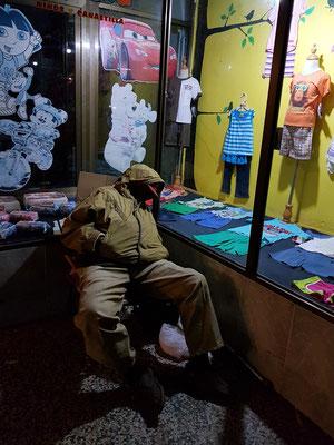 Nachtwache vor einem Geschäft in der Calle Obispo