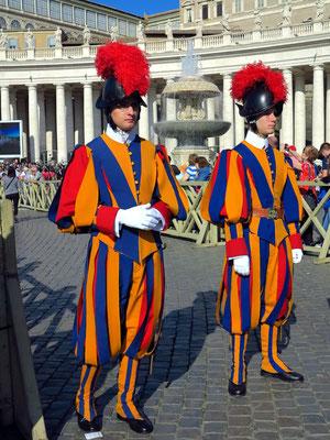 Schweizergardisten in ihren traditionellen Uniformen