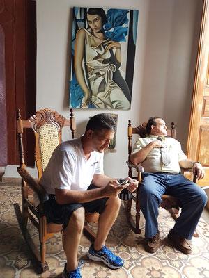 """Pause """"beim Italiener"""": Reiseleiter Silvio und Fahrer Navarro"""