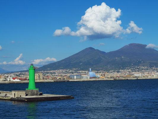 Fahrt mit der Fähre aus dem Hafen von Napoli, Steuerbordtonne der Hafeneinfahrt