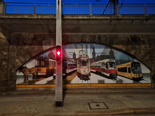 Bemalung an der Eisenbahnbrücke über die Ostra Allee: Von der Pferdestraßenbahn bis zum modernen Straßenbahntyp