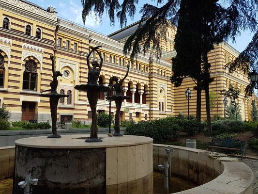 Sacharia-Paliaschwili-Opernhaus, Südseite mit dem Ballett-Brunnen