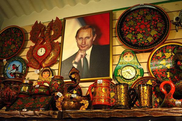 Souvenirladen im Historischen Museum, über allem thront der Staatspräsident Wladimir Putin