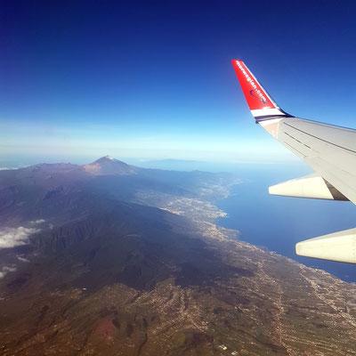 Blick nach dem Start aus einer Boeing 737-800 (Seat 21) auf Teneriffa. (Foto: Ricarda Schäfer)