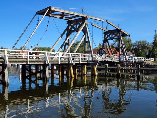 Die Wiecker Holzklappbrücke, 1887 nach holländischem Vorbild erbaut, verbindet die Ortsteile Wieck und Eldena. Sie wird mehrmals täglich von Hand geöffnet.