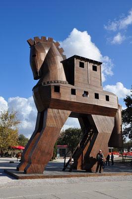 Trojanisches Pferd am Eingang der Ausgrabungsstätte