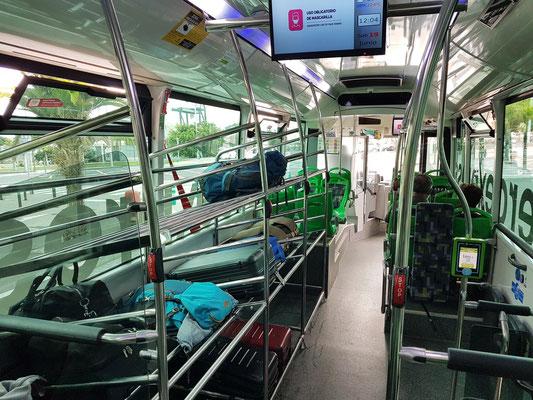 Moderner Titsa-Bus Aeroexpress mit großem Gepäckteil