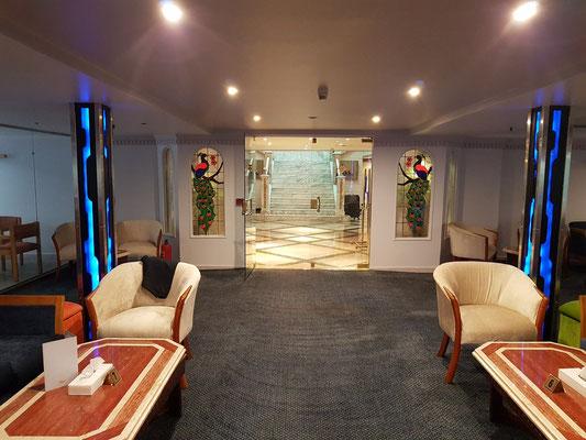 Blick aus der Lounge-Bar ins Treppenhaus