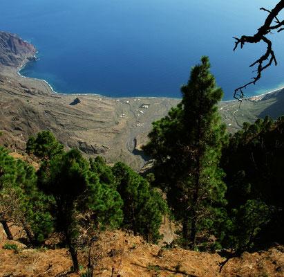 Blick vom Mirador de las Playas nach Osten auf die Bucht Las Playas mit dem Parador Nacional