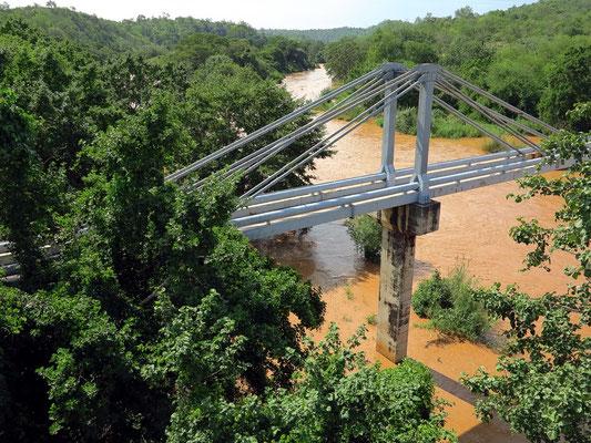 Pipeline über den Fluss