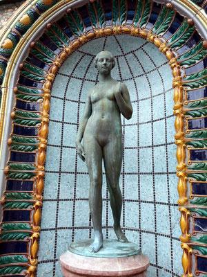 Gellért Thermalbad, Skulptur in einer Nische im Außenbereich