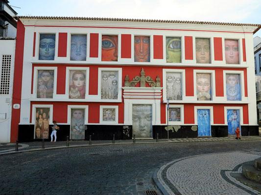 Haus mit Bilderschmuck gegenüber der Igreja da Misericórdia