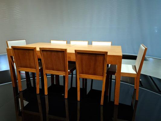 """Ludwig Mies van der Rohe (1886-1969: Esszimmer-Stühle aus dem Haus Esters, Krefeld (""""Berlin-Stuhl""""), Nussbaum, Rotbuche, poliert (Bezug und Polster nicht original) und Ausziehbarer Esszimmer-Tisch, Eiche, Nadelholz, Rotbuche, poliert, Metall, Entwurf 1926"""