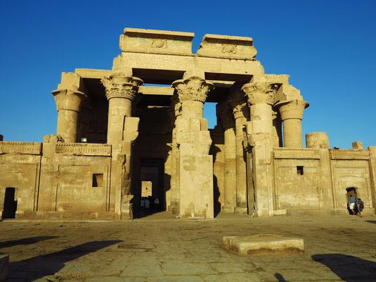 Kom Ombo, das ptolemäische Doppelheiligtum für Sobek und Haroeris, Haupteingang des Tempels