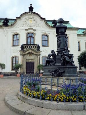 Brühlsche Terrasse: Sekundogenitur, davor das Denkmal mit der Büste des Bildhauers Ernst Rietschel, geschaffen von dessen Schüler Johannes Schilling