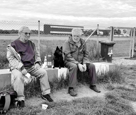 Begegnung auf der Hundewiese des Tempelhofer Feldes
