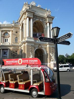Rundfahrten durch Odessa beginnen vor dem Opernhaus
