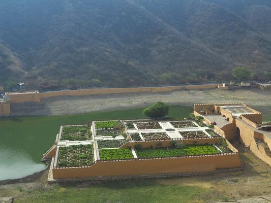 Blick vom Amber-Fort auf den Kesar Kyari Garten