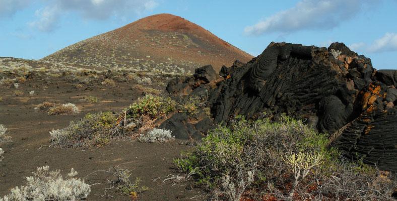 Trockene Landschaft im Süden von Hierro, im Hintergrund die Montaña de Prim (248 m)