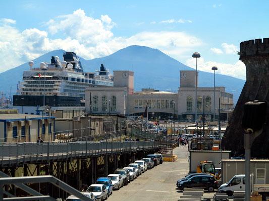 Am Castel Nuovo mit Blick auf den Hafen und den Vesuv