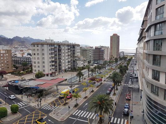 Santa Cruz de Tenerife, Blick vom Außenaufzug des Hotels Silken Atlántida auf die Avenida Tres de Mayo zum Meer