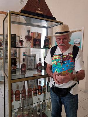 Ausstellungsvitrine mit altem Santiago-Rum
