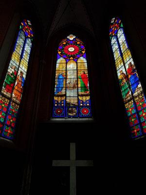 """Glasfenster im Chorumgang mit """"Christi Himmelfahrt"""", weitgehend verlorene Christusfigur zwischen Maria und Johannes"""