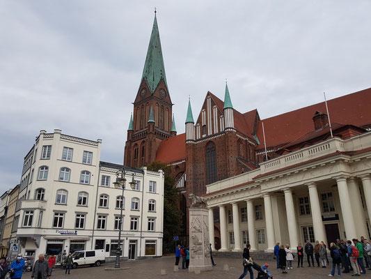 Schweriner Marktplatz mit Löwendenkmal, Blick zum Schweriner Dom