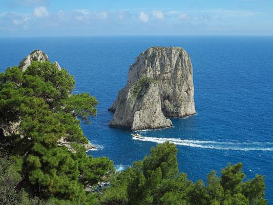 Faraglioni-Felsen an der Südküste von Capri, Blick vom Belvedere Tragara