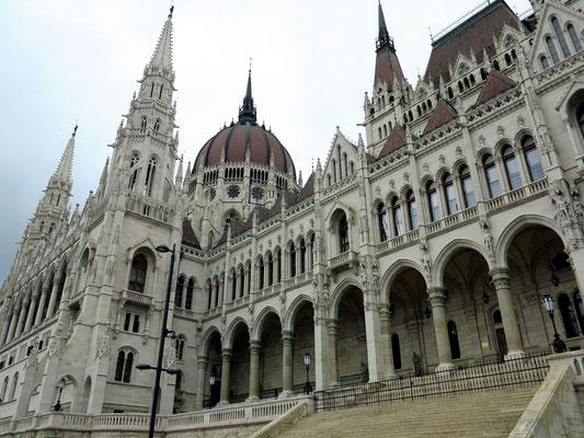 Parlament, Sitz des ungarischen Parlaments in Budapest, Blick von der Straße am Donauufer. Architekt des im neogotischen Stil errichteten Gebäudes war Imre Steindl. Die Bauzeit war von 1885 bis 1904.