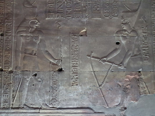 Tempelgründungszeremonie - Der König hackt den Boden des Vortempels.