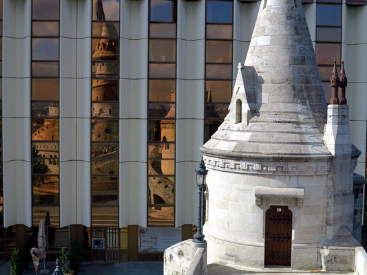 Einer der konischen Türme der Fischerbastei, dahinter das moderne 5-Sterne-Hotel Hilton