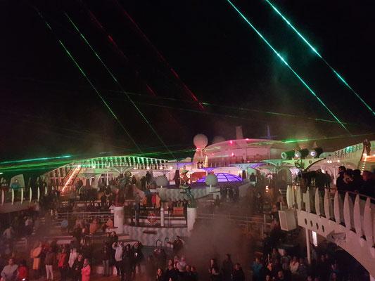 Poolparty und Lasershow auf dem Pooldeck
