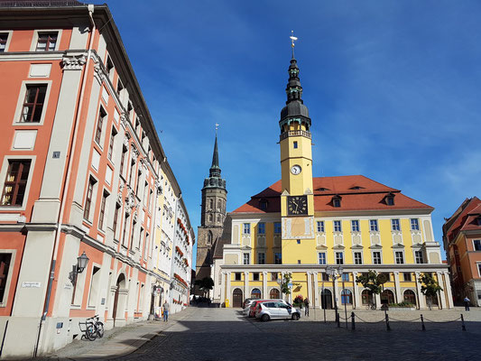 Bautzen. Rathaus am Hauptmarkt, dahinter der Turm des Doms St. Petri, links barocke Bürgerhäuser im Stil des Dresdner Barock