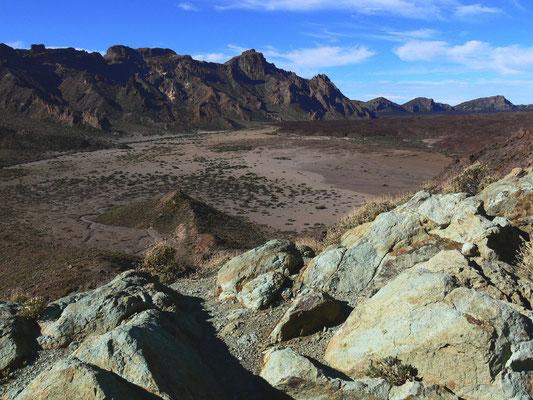 Las Cañadas. Blick nach W in die Ucanca-Ebene mit der Caldera-Umrandung, im Vordergrund die Azulejos-Felsen