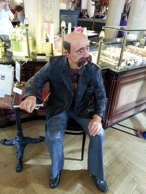 Café Central, Figur des Peter Altenberg im Eingangsbereich. Der Dichter war Stammgast im Café Central.