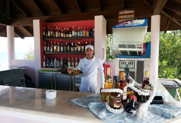 Barkeeper Alexander mit Cocktails