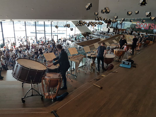 Piazza im EYE Filmmuseum mit einer Percussion-Performance