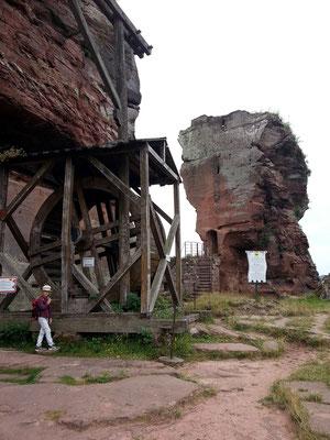 Fleckenstein, rekonstruierter Tretkran in der Burg
