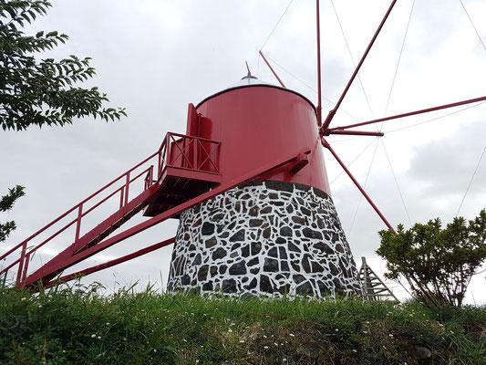 Renovierte traditionelle portugiesische Windmühle auf einem Bergrücken nördlich von Horta