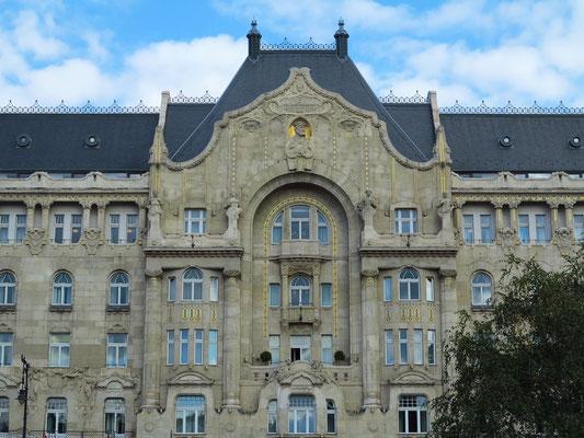 Fassade des Gresham-Palastes (heute Hotel Four Season) mit Jugendstil-Dekor
