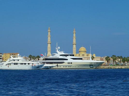 Blick vom Glasbodenboot zur Marina Hurghada und zur Al Mina Moschee