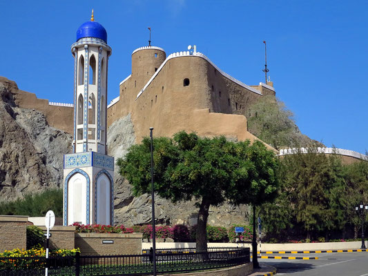 Minarett der Al-Khor-Moschee, dahinter die Festung Mirani, von den Portugiesen im 16. Jahrhundert erbaut