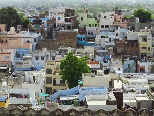 Blick nach Osten von einer der höheren Terrassen des Stadtpalastes auf Udaipur
