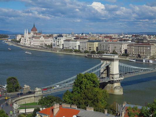 Blick vom Burgpalast auf die Donau mit Parlamentsgebäude und Kettenbrücke