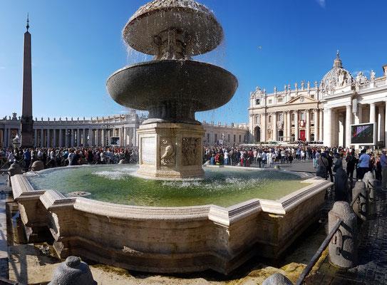 Nördlicher Brunnen auf dem Petersplatz, 1613 von Carlo Maderno entworfen